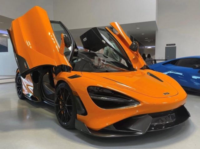 Happy #McLarenMonday with our last 765LT which made its Orlando debut this weekend at @SupercarSocialCFL 🧡 McLaren Orange with Carbon Fiber Roof Scoop. . #McLaren765LT #McLarenOrlando #SupercarSocialCFL #Windermere #RoofScoop #765LT #Supercars